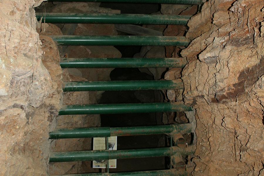 La fermeture au public de cavités souterraines garantit la tranquillité des fragiles occupants, les chauves-souris. Une conception spécifique de la grille permet à ces dernières de circuler sans problèmes.