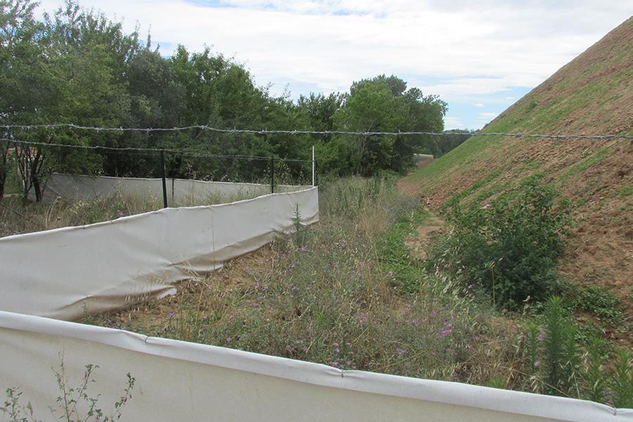 Une contention physique simple de l'érosion d'un monticule de terre déblayé lors d'un chantier de construction permet d'éviter le recouvrement d'espaces plus sensibles lors d'épisodes pluvieux.